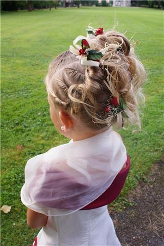 Une petite fille ramasse des fleurs buzz photo et video - Coupe de mariage pour petite fille ...