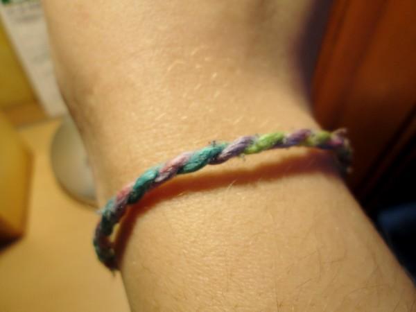 Favori Faire un bracelet en laine : deux méthodes super faciles pour les  VA92
