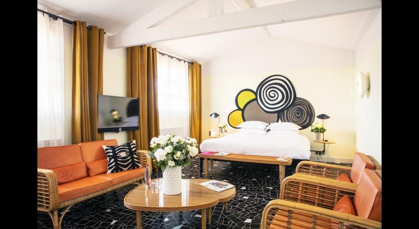hotel clo tre arles. Black Bedroom Furniture Sets. Home Design Ideas