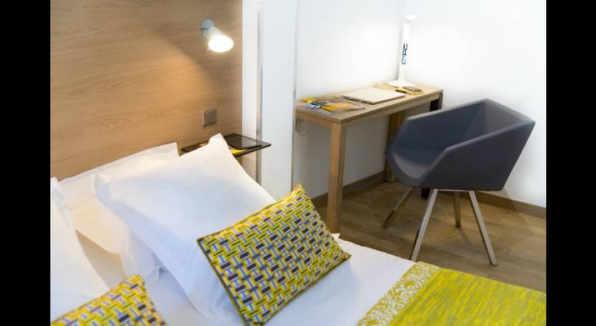 h tel les 3 dauphins toulon. Black Bedroom Furniture Sets. Home Design Ideas