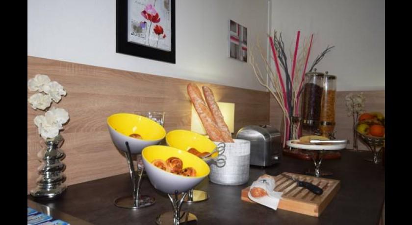 h tel a rogril m rignac. Black Bedroom Furniture Sets. Home Design Ideas