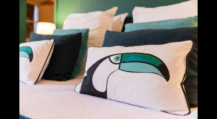 hotel le joli bois cassis. Black Bedroom Furniture Sets. Home Design Ideas