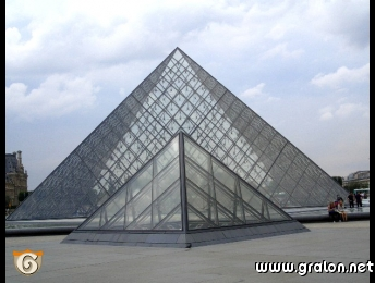 Photo la pyramide du louvre photos architecture paris for Architecture en verre
